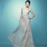 White evening dress na may asymmetrical bodice