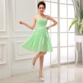 Vaaleanvihreä mekko tytöille, joiden väri on kevät