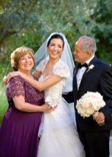 Mãe da noiva em um vestido