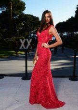Magsuot ng red dress na may mga rhinestones