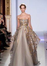 Gaun malam yang mengagumkan dengan trim emas