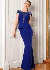 Azul com caso de vestido de noite basky no chão