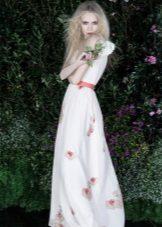 Witte avondjurk met een roze riem
