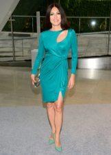 Vestido turquesa com sapatos verdes