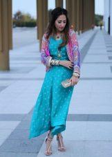 Vestido turquesa em combinação com rosa