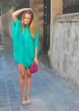 Vestido turquesa com uma bolsa rosa