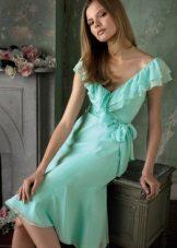 Vestido turquesa de comprimento médio