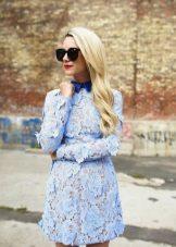Vestido azul com gola azul