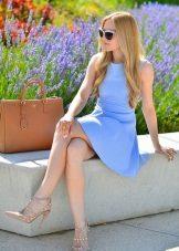 Sapatos bege com um vestido curto azul