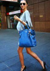 Zwarte schoenen om blauw te kleden