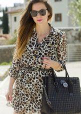Gri bir arka plan üzerinde leopar desenli elbise