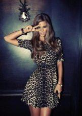 Esmer için siyah ve gri desenli kısa leopar elbise