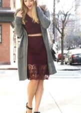 Dress marsala harmaa neuletakki ja mustat kengät