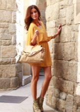 Beige accessories for a mustard dress