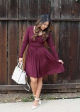 White shoes and a bag to the dress of wine color