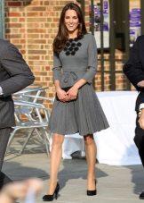 Gaun kelabu panjang sederhana dengan skirt matahari Kate Middleton