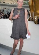 Milla Jovovich dalam pakaian kelabu