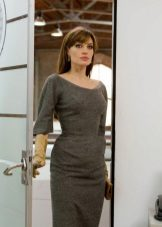 Angelina Jolie dengan pakaian kelabu