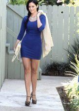 Koyu mavi elbise beyaz ceket ve debriyaj