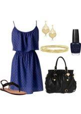 Küçük siyah lekeli ve eşleşen aksesuarları ile koyu mavi elbise