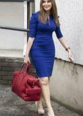 Koyu mavi elbiseye kırmızı çanta