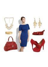 Koyu mavi elbiseye kırmızı aksesuarlar