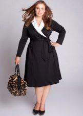 Zwarte jurk met een witte kraag voor vol