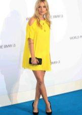Açık gözlü sarışınlar için sarı elbise