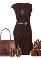 Brun sandaler under en brun kjole