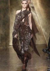 Sko under en brun kjole