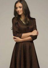 Brun kjole med ærmer