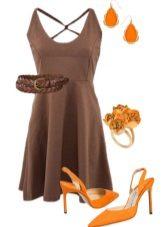 Orange sandaler under en brun kjole