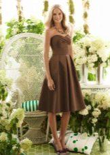Sandaler under en brun kjole