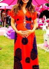 Дълга червена рокля със сини цветя за бременни жени