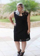 Modieuze zwarte jurk voor een volle vrouw met korte gestalte