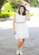 Witte korte jurk voor een volle vrouw met een korte gestalte