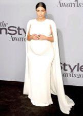 Feestelijke witte jurk met een trein voor zwangere vrouwen
