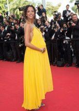 Elegante jurk van dun natuurlijk materiaal voor zwangere vrouwen