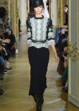 Ulyana Sergeenko fekete ruhája