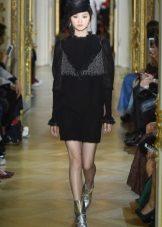 Az Ulyana Sergeenko fekete ruhája rövid