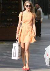 Punaiset kengät persikka-pukeutumiseen
