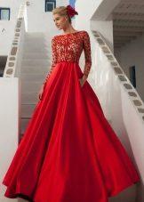 Pörröinen pitkä punainen mekko, jossa on pitsi