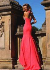 Pitkä mekko, jossa on punainen juna