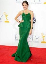 Vihreä pitkä mekko, jossa on pääntie