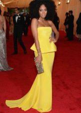 Pitkä keltainen mekko, jossa on pyöreä pääntie
