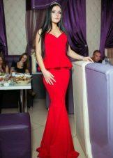 Kaunis punainen mekko, jossa on basky