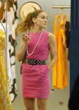 Rochie roz cu un șir de perle