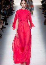 Rochie roșie pe podea