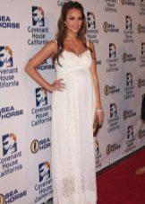 Lange witte jurk op de grond in tinten voor zwangere vrouwen