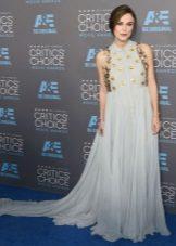 Lange lichtblauwe jurk op de grond voor zwangere vrouwen